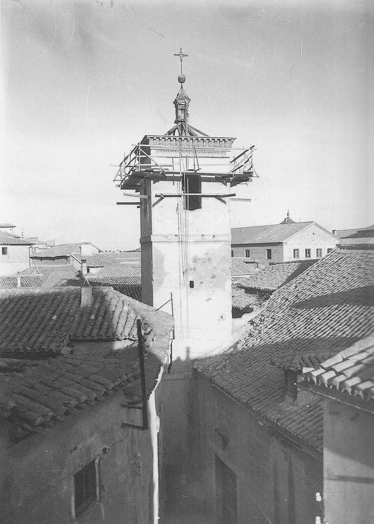Iglesia de San Bartolomé a principios del siglo XX con andamios.  Fotografía Rodríguez