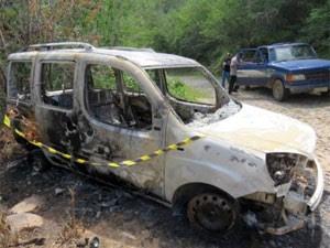 Doblò usada no crime foi incendiada no Ceará (Foto: Polícia Civil/Divulgação)