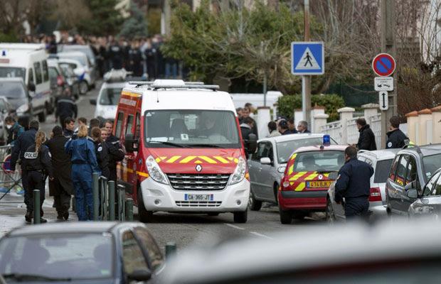 Polícia e bombeiros se concentram na região da escola em Toulouse, sudoeste da França (Foto: Bruno Martin/AP)