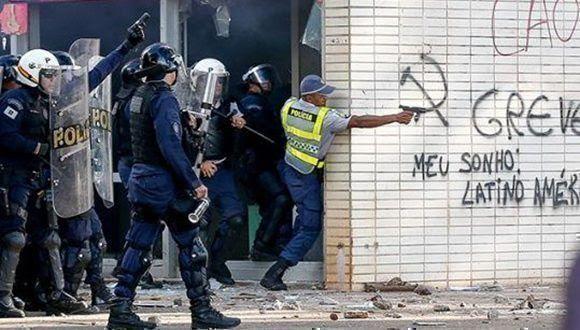 Policías disparan contra los manifestantes en Brasilia. Foto tomada de folhapress.folha.com.br