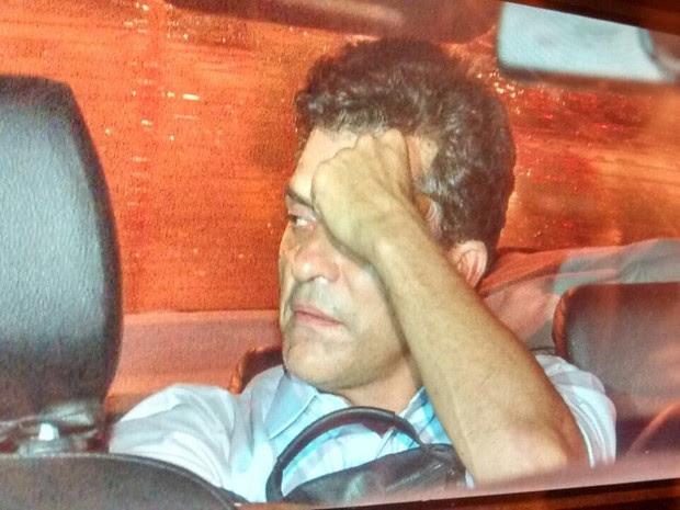 Fernando Cavendish chega ao presídio Ary Franco no carro da Polícia Federal (Foto: Reprodução / TV Globo)