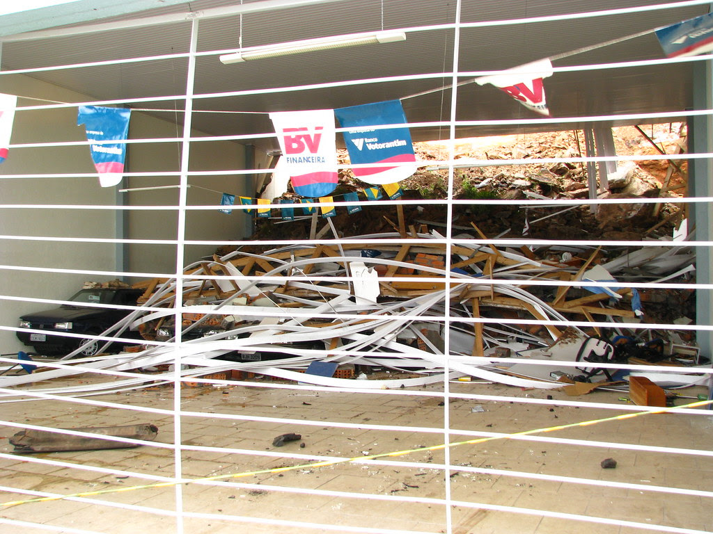 Alegres bandeirinhas em meio ao desastre