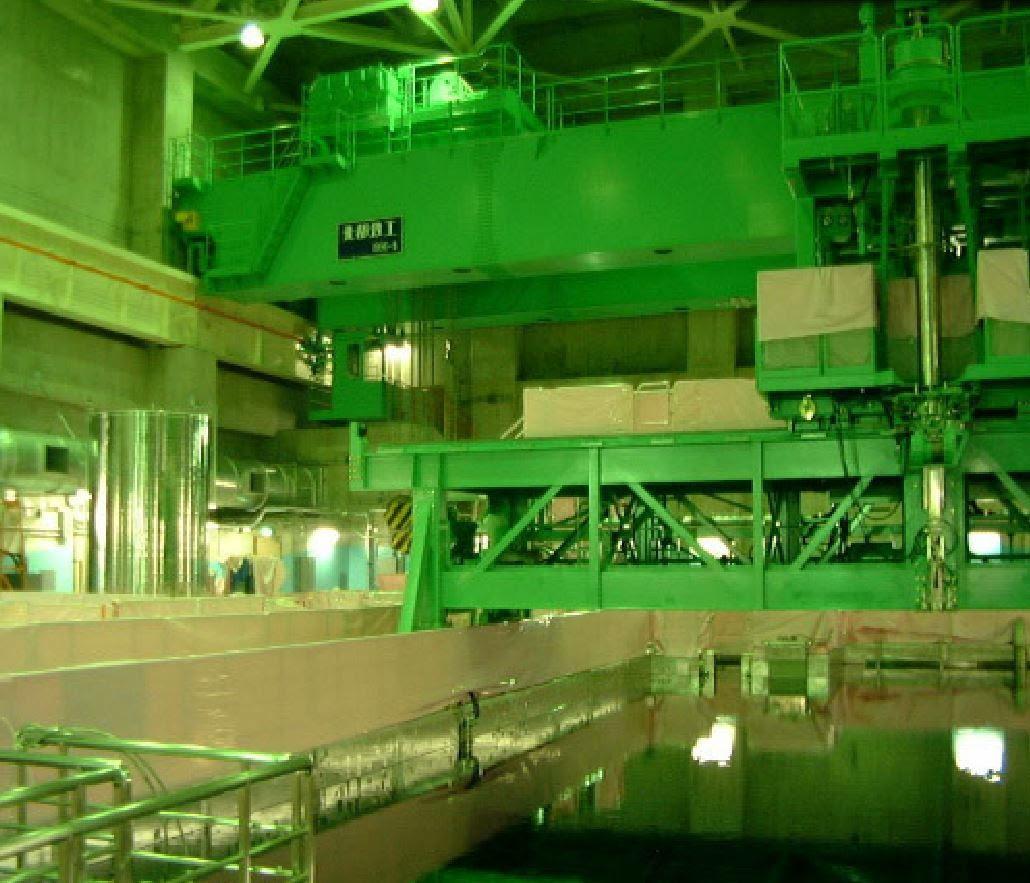 Fig. 50 : La piscine du BR3 avant mars 2011. On voit également au-dessus la machine de réapprovisionnement en combustible et 8 mètres plus haut le pont roulant.