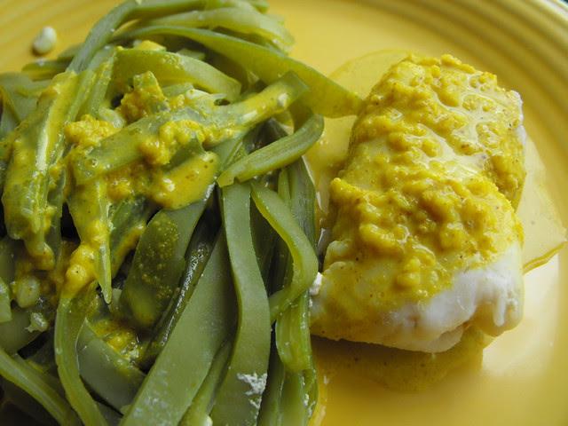 Peixe e feijão verde com molho de caril e aveia