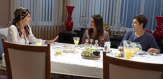Jeff leva um jantar especial para Lucrécia e emociona a mãe de Jade (Foto: Gshow)
