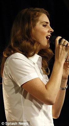Em cima: álbum de estréia de Lana Born To Die tornou-se o recorde de venda mais rápida este ano