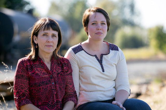 Imagen: Suzanne Swarthout, de 52 años, se sienta con su hija Jordan Swarthout, 22,