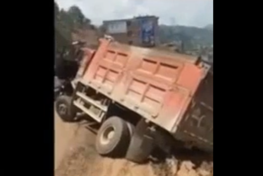 Truck falls off road in China - Road Traffic Fail Videos