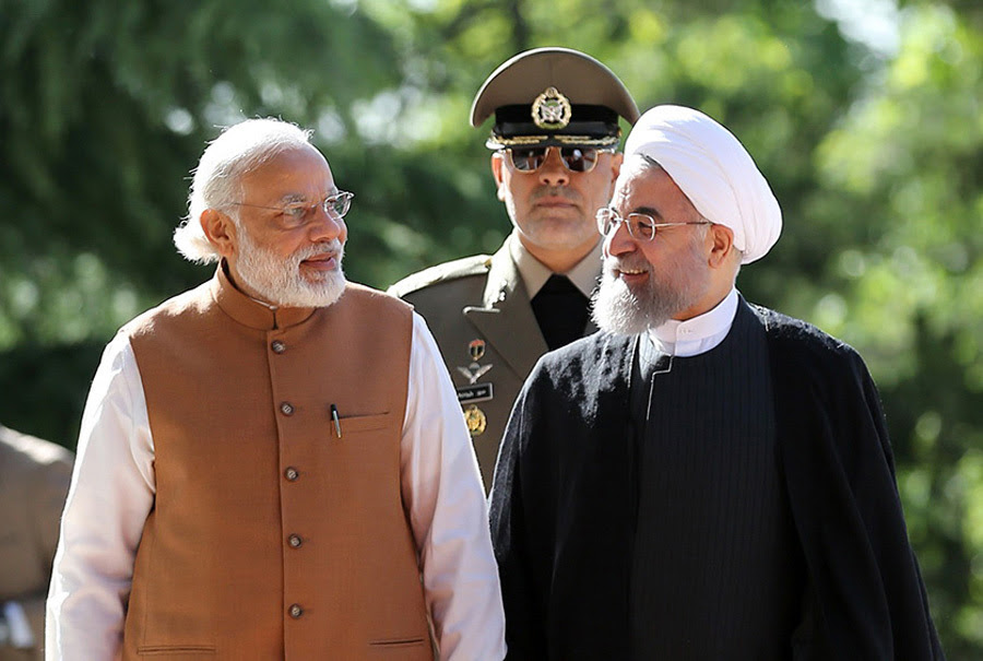 Il presidente iraniano Hassan Rouhani (a destra) dà il benvenuto al primo ministro indiano Narendra Modi a Teheran, il 23 maggio 2016. - Presidenza iraniana/Afp