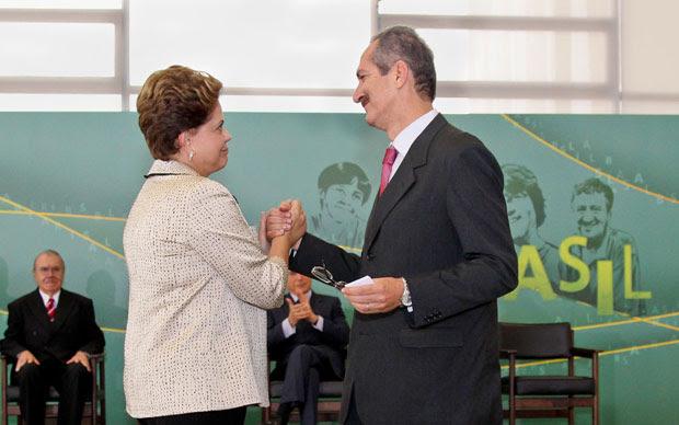 Presidente Dilma Rousseff cumprimenta o novo ministro do Esporte, Aldo Rebelo (Foto: Roberto Stuckert Filho / Presidência)