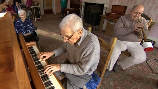 Pianist, 93, reunited with old band - BBC News