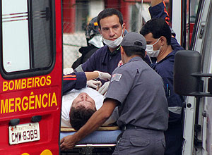 Marrone sendo socorrido por bombeiros logo após o acidente; cantor passa bem