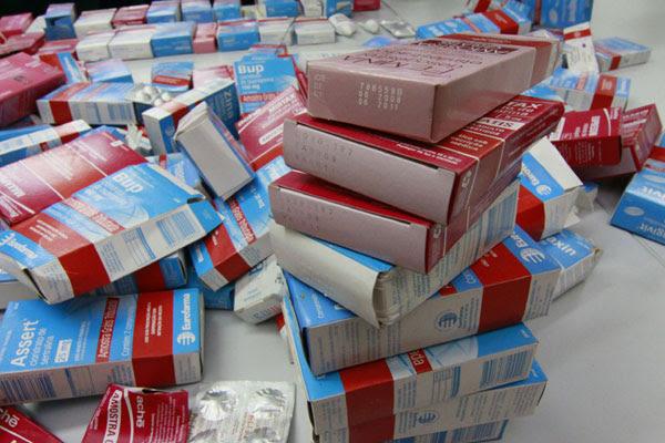 Parte de medicamentos descartados às margens da BR 101 foi entregue por taxista à TRIBUNA DO NORTE