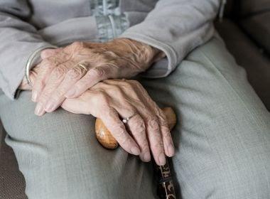 Idosa de 77 anos que assinou termo rejeitando vacina morre de Covid no Rio Grande do Sul