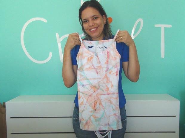 Nina mostra o resultado final da customização da roupa (Foto: Michelle Farias/G1)