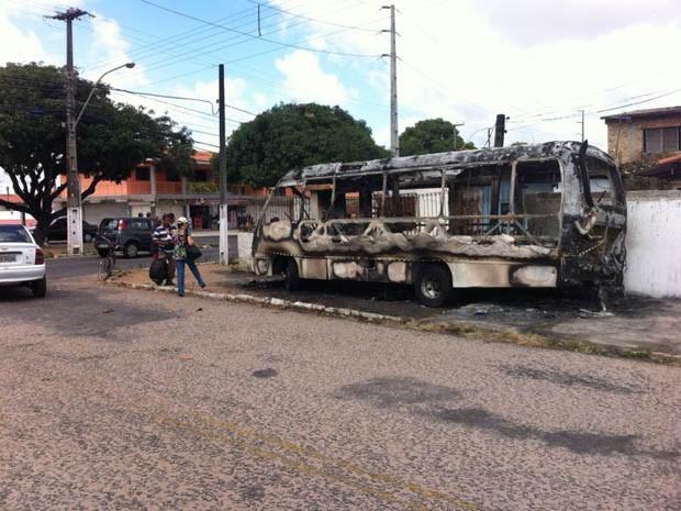 Carro ficou completamente destruído (Foto: Matheus Magalhães/G1)