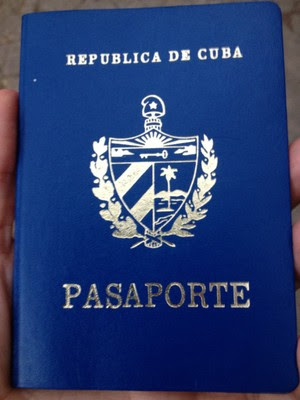 A blogueira cubana Yoani Sánchez publicou uma foto de seu novo passaporte em sua conta no Twitter (Foto: Reprodução/Twitter)
