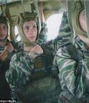 Κατά τη διάρκεια της στρατιωτικής τους εκπαίδευσης μερικά παιδιά έχουν την ευκαιρία πέσουν με αλεξίπτωτο.