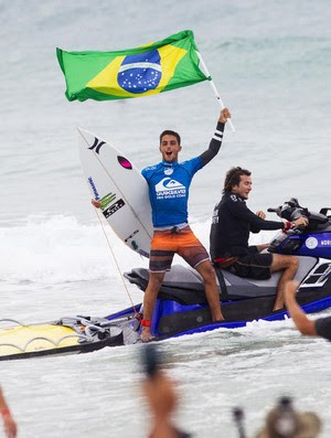 Filipe Toledo ergue a bandeira do Brasil depois de vencer etapa do Circuito Mundial de surfe em Gold Coast na Austrália  (Foto: WSL / Kirstin Scholtz)