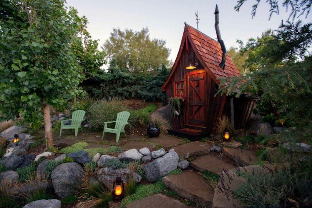 Minúsculas casinhas de madeira recuperada que parecem retiradas de páginas de contos infantis 04