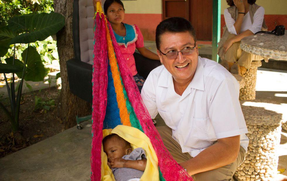 El doctor Carlos Arriola junto a un paciente del centro Bethania en Jocotán, Guatemala.