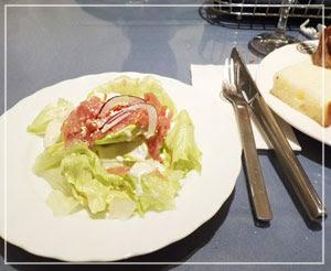 「神戸屋レストラン」にて、バースデー特典セットのサラダの上には生ハムが。