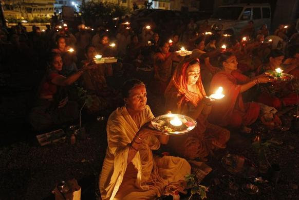 People carry oil lamps as they pray for the flood victims in the Himalayan state of Uttarakhand, outside a temple in the western Indian city of Ahmedabad, June 19, 2013.  REUTERS-Amit Dave
