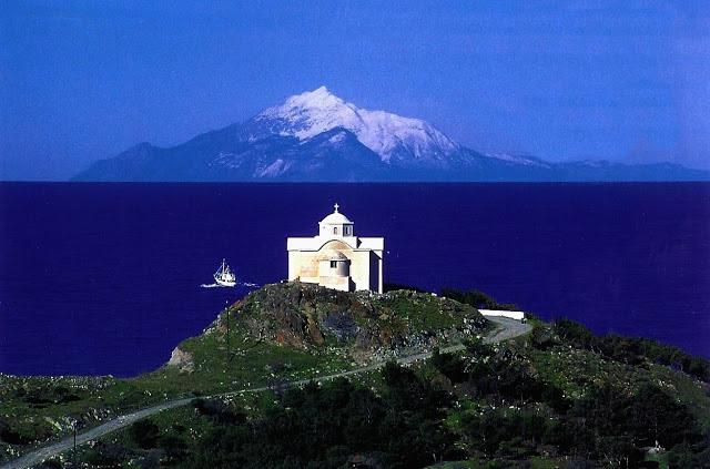 Ορθόδοξος Ναός με φόντο το Άγιον Όρος