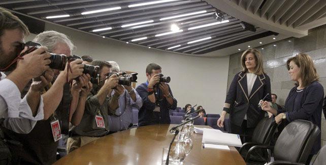 La ministra de Empleo, Fátima Báñez, con la vicepresidenta del Gobierno, Soraya Sáenz de Santamaría, el pasado viernes, antes de iniciar la rueda de prensa tras el Consejo de Ministros.