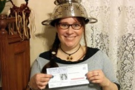 Spaghetti Monster church member wins right to wear colander in US licence photo - ABC News (Australian Broadcasting Corporation)