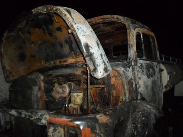 Caminhão foi incendiado no Distrito de São Pedro, em Garanhuns (Foto: Divulgação/Polícia Militar)