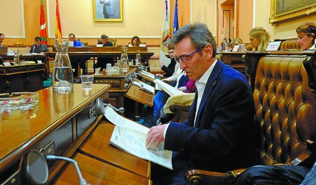 La Comisión investigará los hechos que rodearon el cese de Iridoy como delegado de Urbanismo por parte del alcalde Santano. /  F. DE LA HERA
