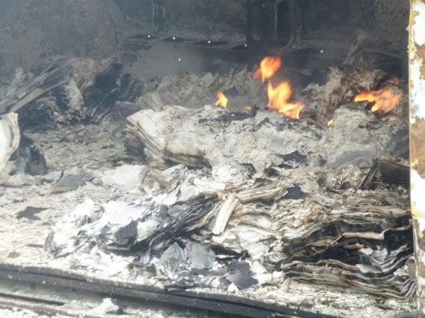 Carro é incendiado após assalto a lotérica na Bahia (Foto: Camila Oliveira / TV Santa Cruz)