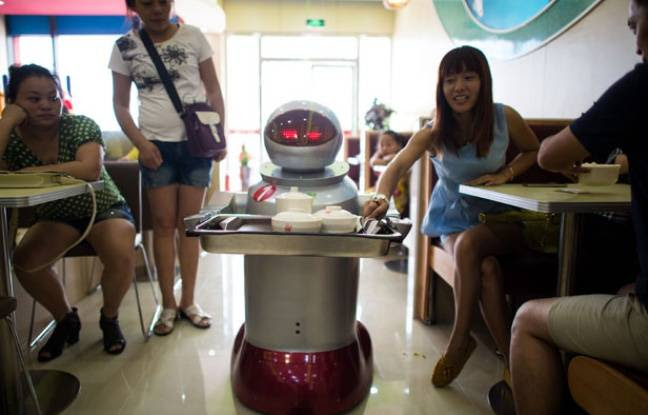 Un robot serveur dans un restaurant chinois ouvert en août 2014.