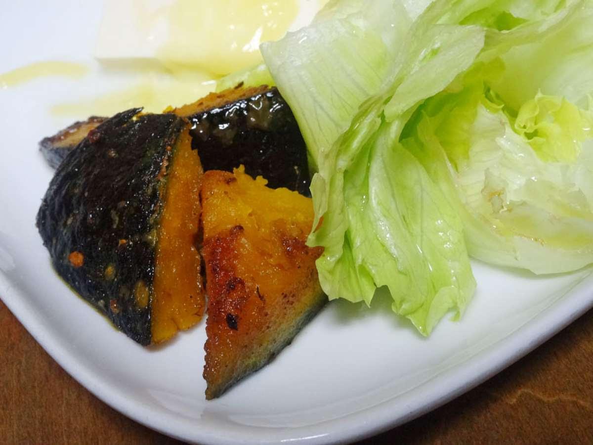 蒸しカボチャの素揚げは、蒸したカボチャを少量の油で焼き揚げしたもの。