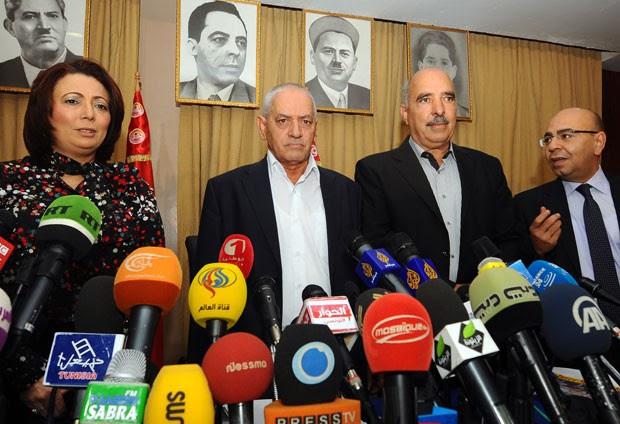 Foto de setembro de 2013 mostra o presidente da União Tunisiana da Indústria, do Comércio e do Artesanato (Utica), Wided Bouchamaoui, o secretário-geral da União Geral Tunisiana do Trabalho (UGTT), Houcine Abbassi, o presidente da Liga Tunisiana dos Direitos Humanos (LTDH), Abdessattar ben Moussa e o presidente da Ordem Nacional dos Advogados da Tunísia (ONAT), Mohamed Fadhel Mahmoud, durante conferência em Túnis. O quarteto formado pelas quatro organizações após a revolução de 2011 na Tunísia ganhou o Nobel da Paz de 2015 (Foto: AFP)