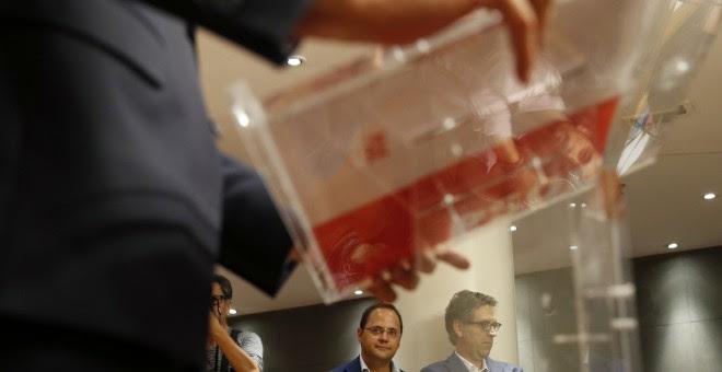 El secretario de Organización del PSOE, César Luena, durante la rueda de prensa que ha ofrecido el secretario general del PSOE, Pedro Sánchez, en el Congreso, tras la reunión con el presidente del Gobierno en funciones, Mariano Rajoy. EFE/Mariscal