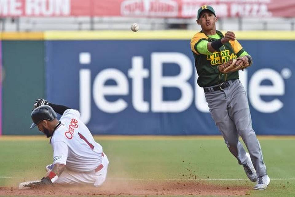 El torpedero de Cuba Dainer Moreira (der.) pone out en segunda base al dominicano Leury García en una jugada de doble matanza en el sexto inning, en el partido efectuado el martes en San Juan, Puerto Rico.