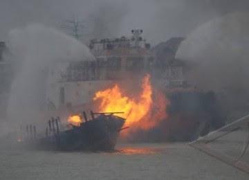 Kapal terbakar (ilustrasi)