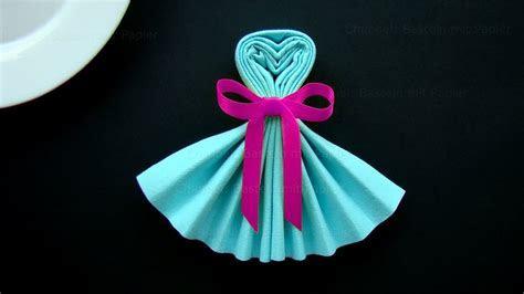 Servietten falten: Kleid   Tischdeko basteln mit Papier