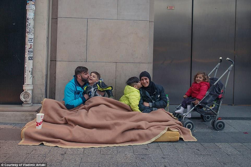 Número de refugiados em Paris aumentou desde a destruição do chamado campo 'Selva' em Calais em 2016, quando cerca de 8.000 migrantes foram dispersos