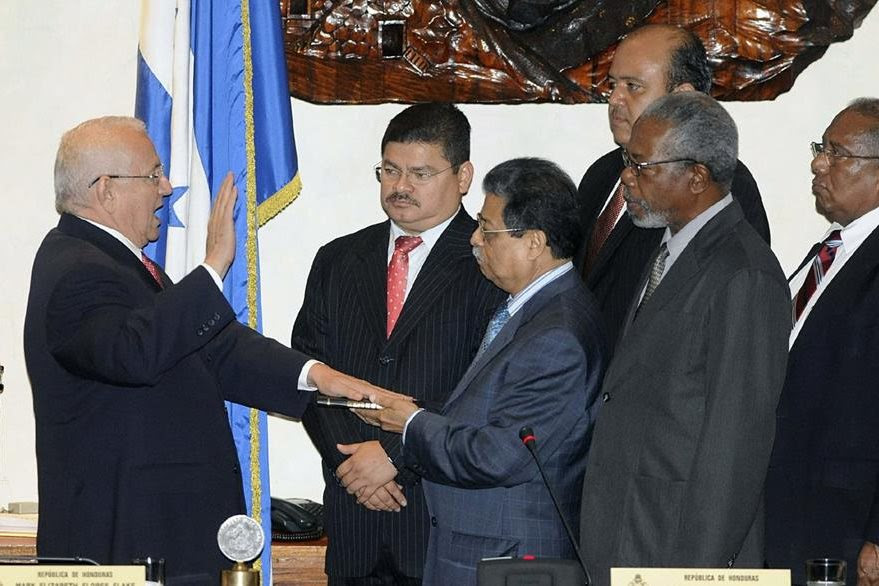 Roberto Micheletti asume el Gobierno sin reconocimiento de ningún país. (Foto: EFE)