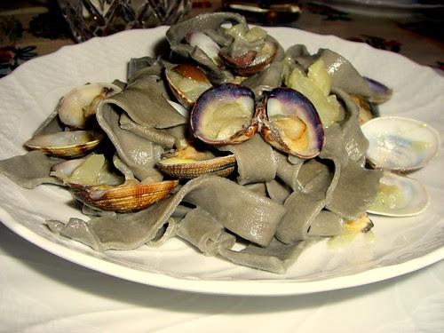 tagliatelle nere con guazzetto di vongole, finocchi e olive