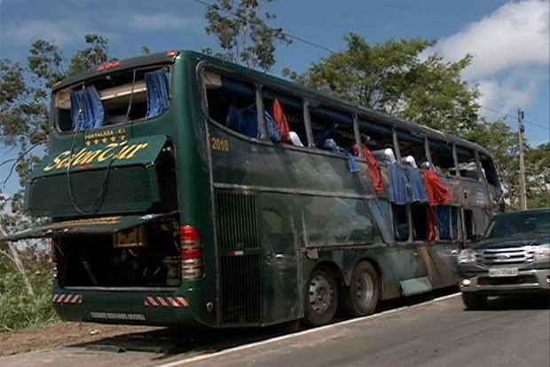 Ônibus da banda capotou no quilômetro três da BR-101, no município de Goiana. Foto: TV Clube/Reprodução