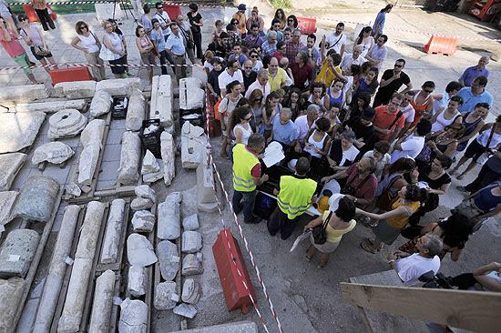 Os 70 metros que restaram da estrada romana achada em Tessalônica são apresentados à imprensa