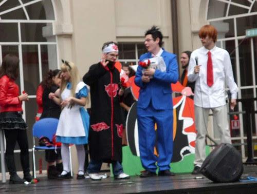 07 Variegati personaggi sul palco