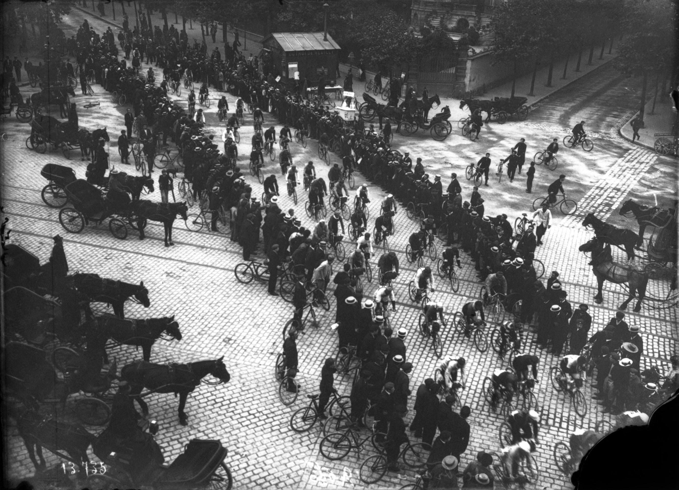 http://upload.wikimedia.org/wikipedia/commons/b/ba/Tour_de_France_1906_(01).jpg