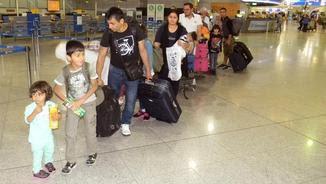 Els primers refugiats a arribar a Espanya a l'aeroport d'Atenes