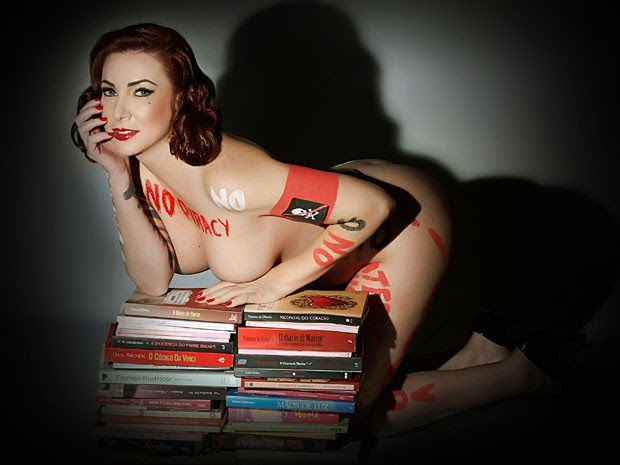 Vanessa de Oliveira posa ao lado de livros em uma das fotos de sua campanha contra a pirataria de livros (Foto: Divulgação/Andrea Schaefer)