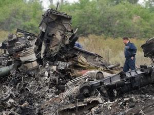Equipes de resgate trabalham em meio aos destroços da queda do voo MH17 nesta sexta-feira (18) perto de Shaktarsk, no leste da Ucrânia  (Foto: Dominique Faget/AFP)